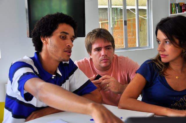 Pedro presenta su proyecto a Camilo y Aline