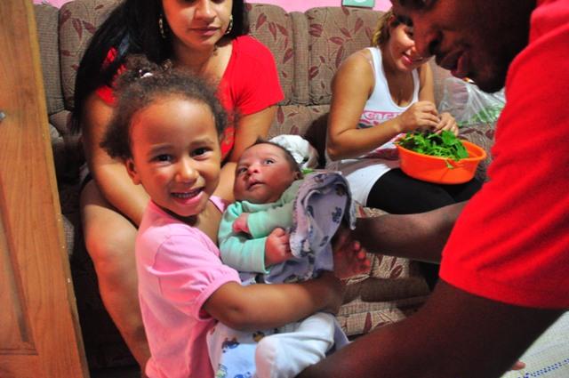 La sobrina del Gilson con el bebé de la vecina
