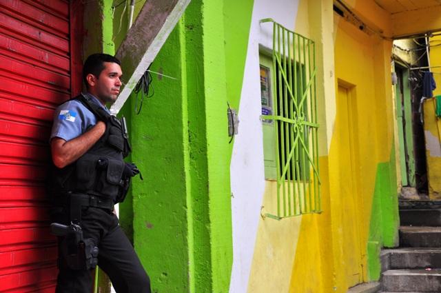 Un agente de la UPP en Dona Marta