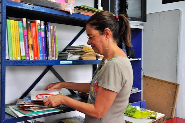 Liane hace trabajo voluntario como bibliotecaria