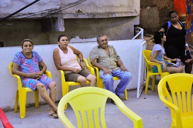 El bar de la plaza presta las sillas para la sesión de cine