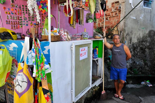 Paulo vende souvenirs hechos a mano 'no Michael Jackson'