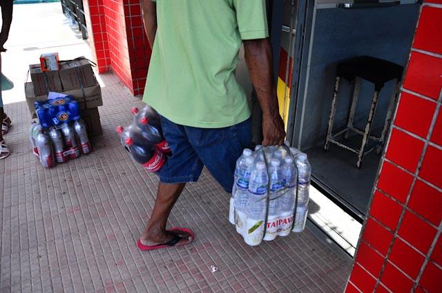 """""""Te piden 40 reais por llevarte la compra al bar y yo gano 30 reais al día"""""""