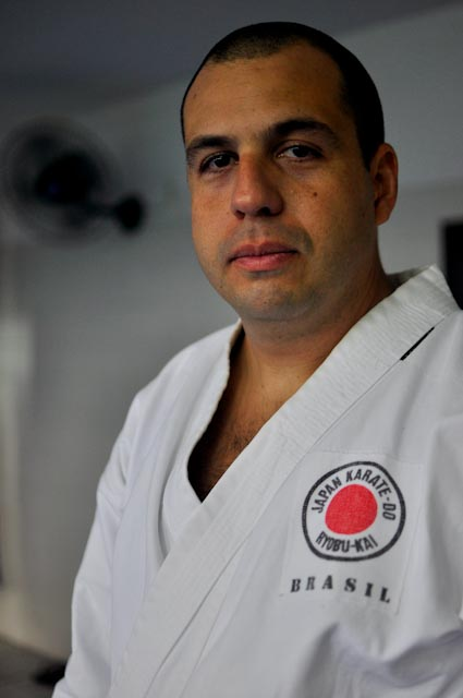 Bruno Faria, agente de la UPP, creó el programa de karate en Dona Marta
