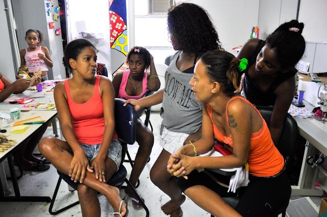 Las alumnas de Andréia conocen la historia de la bala perdida durante la entrevista