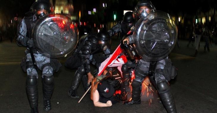 15jun2013---policiais-contem-manifestacao-no-rio-na-ultima-quinta-feira-13-contra-o-aumento-na-tarifa-do-transporte-coletivo-a-cena-foi-retratada-por-thiago-lara-que-participou-da-campanha-1371318820026_956x500