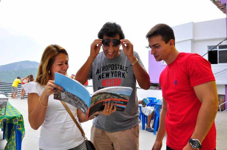 Aprovechando el día para verde nuevo el libro de Mônica Rodrigues, que donó 700 ejemplares a la comunidad para que sea vendido en esa tienda.